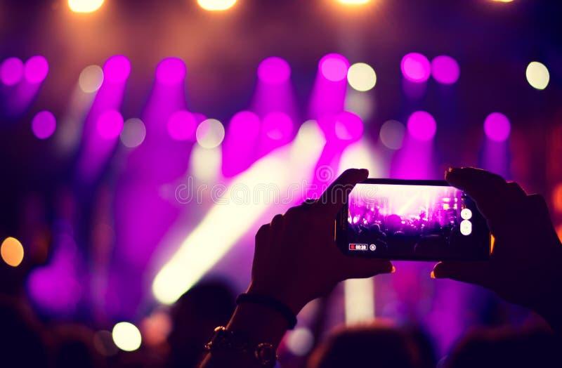 Faninspelningkonsert med mobiltelefonen arkivbilder