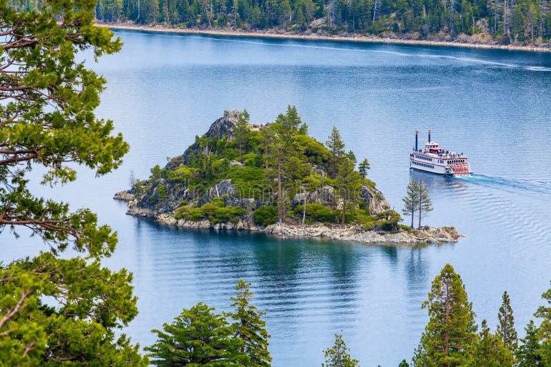 Fannette海岛鲜绿色海湾,太浩湖,加利福尼亚美国 观光的巡航 库存照片