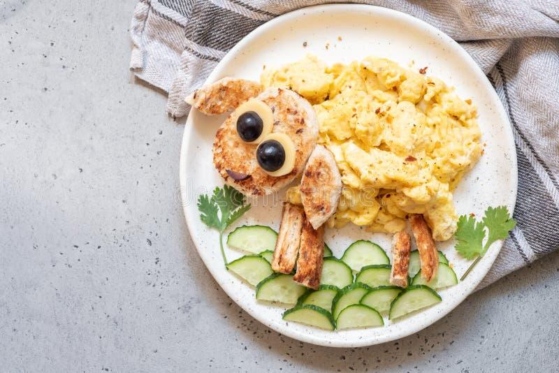 Fanno colazione per i bambini - le uova rimescolate pecore divertenti immagini stock