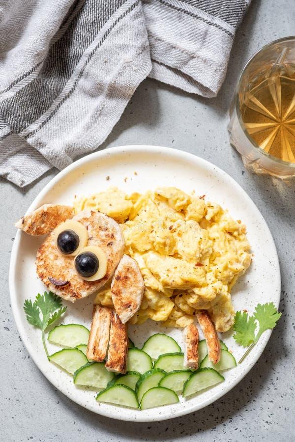 Fanno colazione per i bambini - le uova rimescolate pecore divertenti fotografia stock libera da diritti