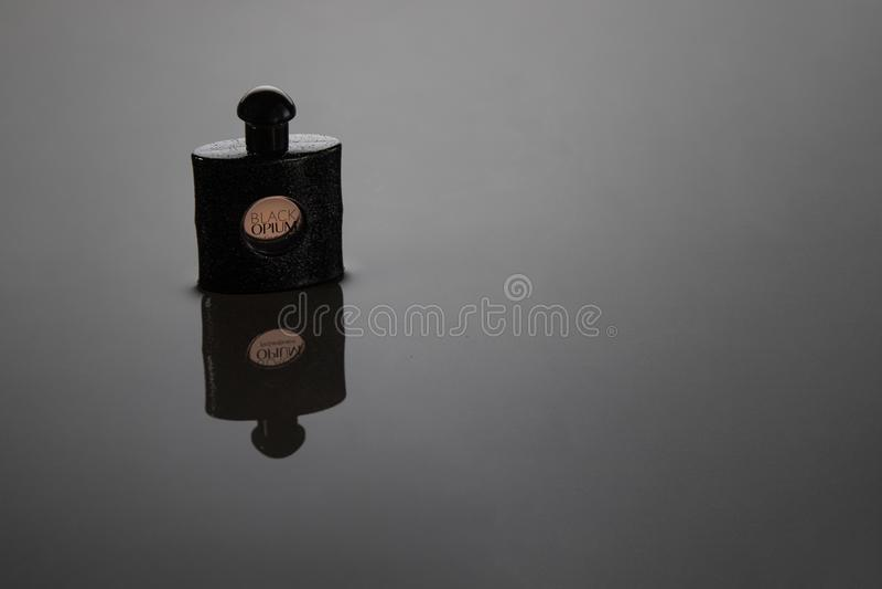 Fano - Itália - 14 de dezembro de 2018 Yves Saint Laurent Eau De Parfum para mulheres, ópio preto fotos de stock