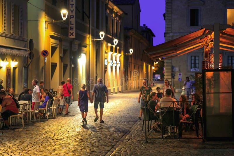 Fano, Italia - 8 de agosto de 2017: un pequeño café acogedor de la calle en el ol imagen de archivo