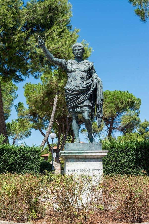 Fano, Pesaro, Марш, Италия Статуя Augustus стоковое фото rf