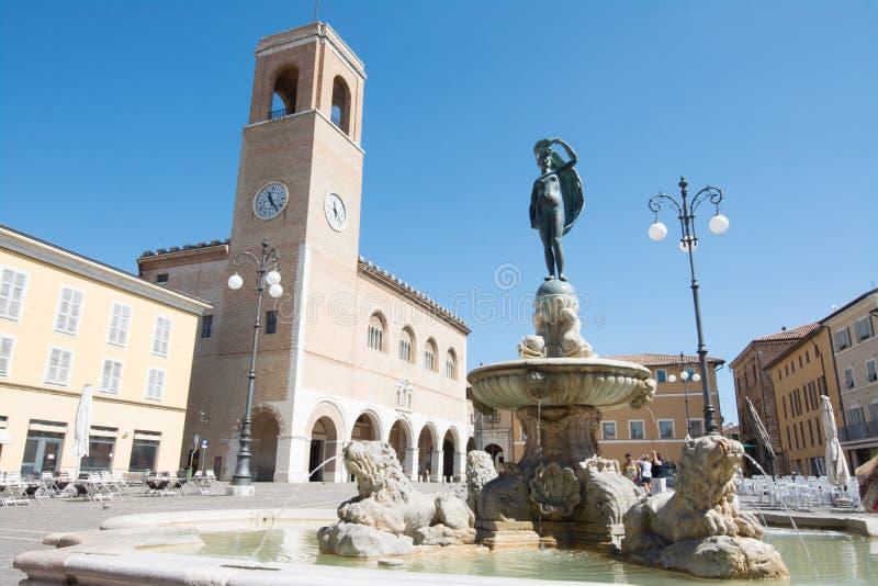 Fano Pesaro, Marche, Italien Palazzo del Podesta och Statua della Fortuna royaltyfria bilder