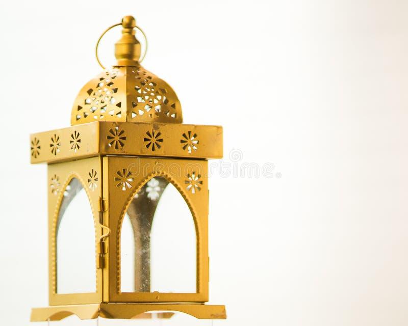 Fanoos tradicionais ou uma lanterna decorativa árabe no fundo branco foto de stock royalty free