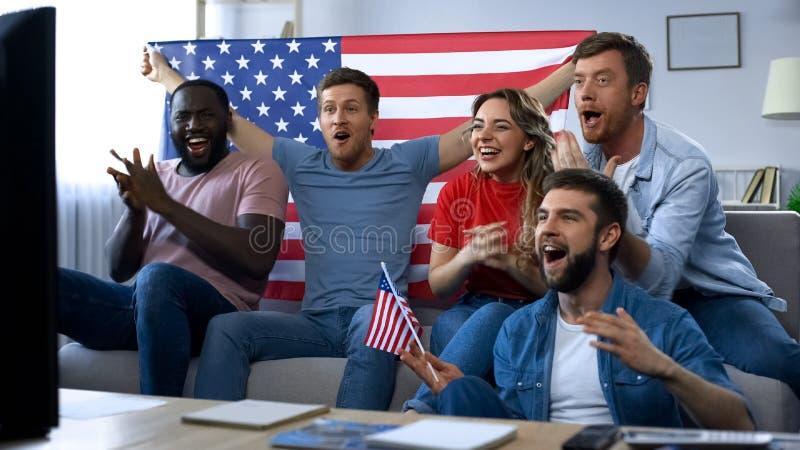 Fans américains célébrant le but, match de observation à la TV à la maison, fier du pays photo libre de droits
