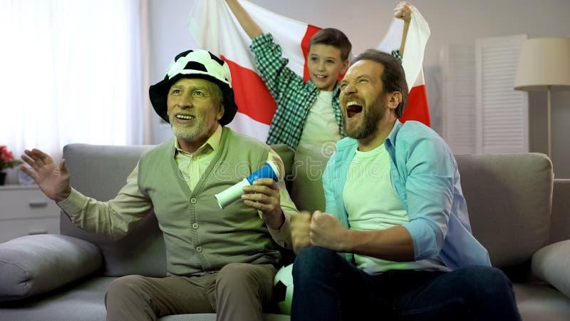 Fans anglais observant le match de football ? la maison, traditions de loisir de famille photos libres de droits