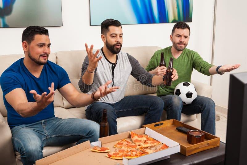 Fans appelle un jeu injuste à la TV images stock
