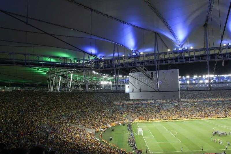 Fans aufgeregt an einem Fußballstadion stockfoto