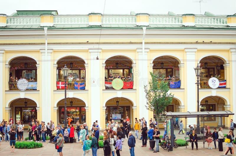 Fans av det ryska nationella fotbollslaget med nationsflaggan på Nevsky Prospekt under royaltyfri bild
