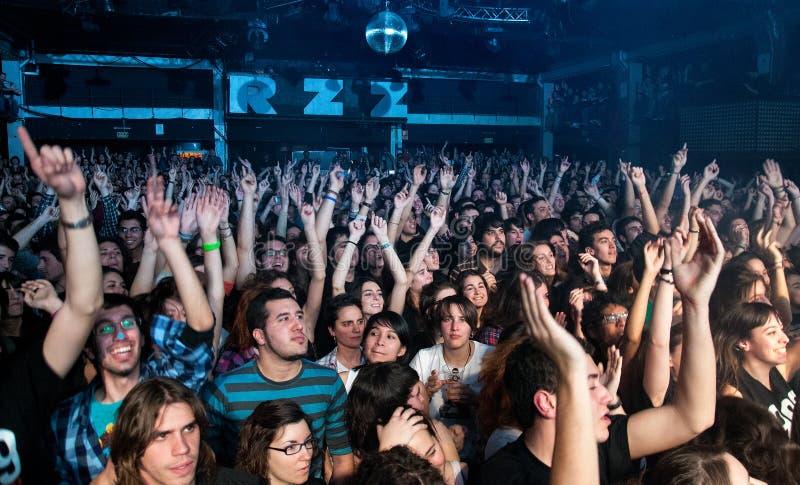 Fans av Dorian, berömd musikband för spanjor, på Razzmatazz fotografering för bildbyråer