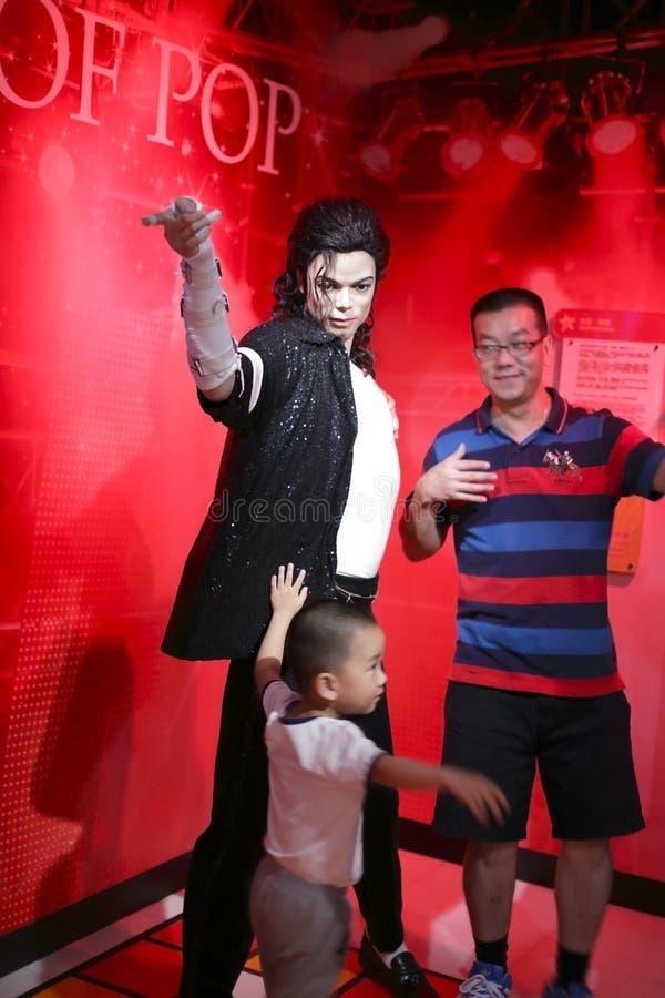 Fans avec le chiffre de cire de Michael Jackson photo libre de droits