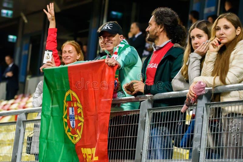 Fans avec le drapeau portugais, après victoire photo libre de droits