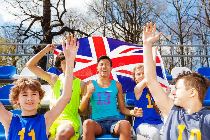 Fans britanniques célébrant et soutenant leur équipe images libres de droits
