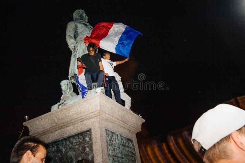 Fans célébrant la victoire de qualification des Frances pour la FIFA finale image stock