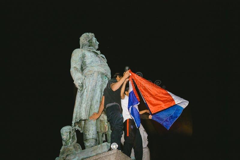 Fans célébrant la victoire de qualification des Frances pour la FIFA finale image libre de droits