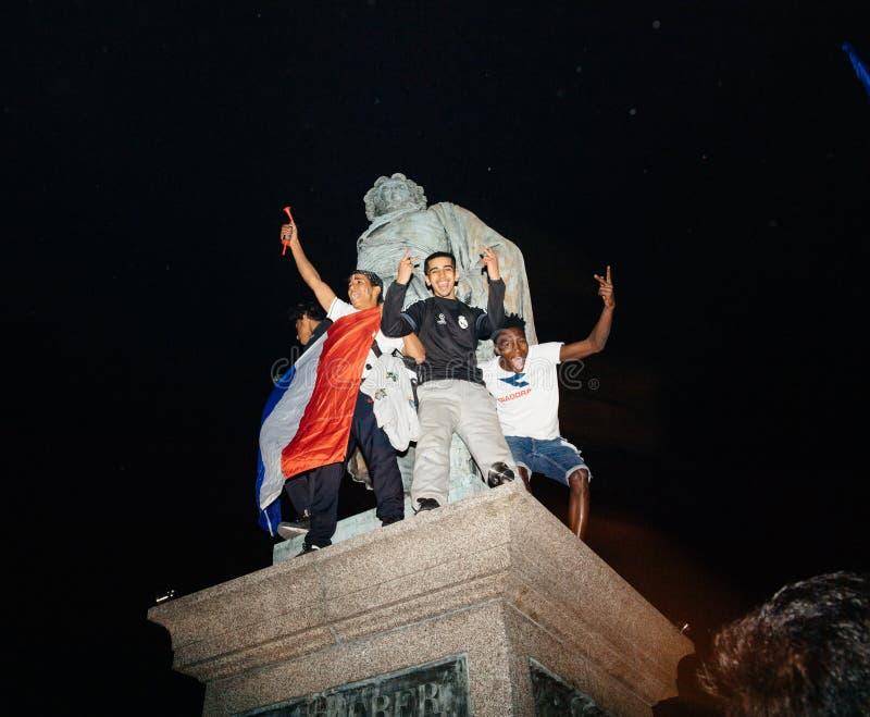 Fans célébrant la victoire de qualification des Frances pour la FIFA finale images libres de droits