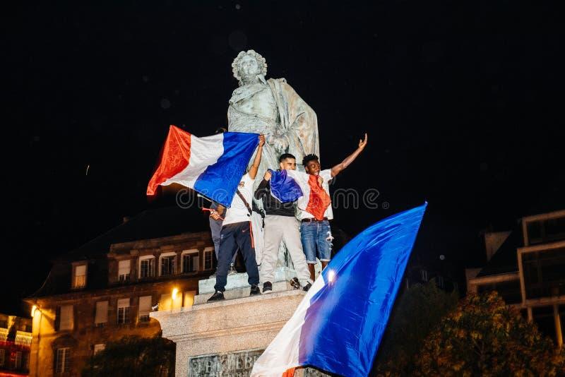 Fans célébrant la victoire de qualification des Frances pour la FIFA finale photos libres de droits