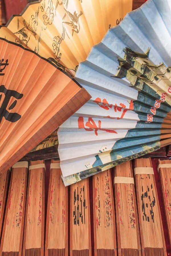 Fans coloridas exhibidas en un mercado de pulgas en la ciudad antigua Pingyao, China imagen de archivo