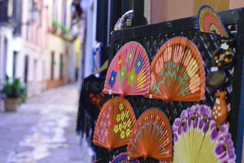 Fans coloridas, símbolos de la seducción foto de archivo