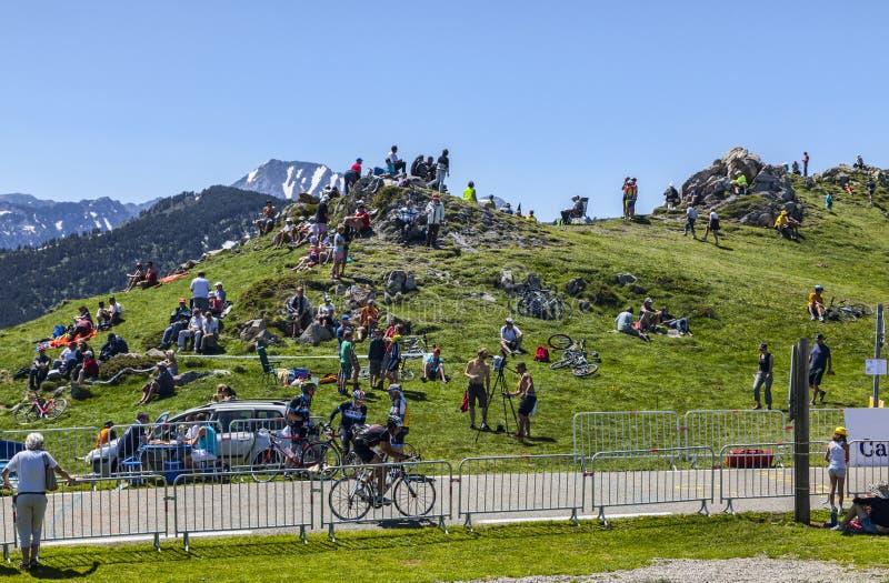 Fans de ciclo en montañas imagen de archivo