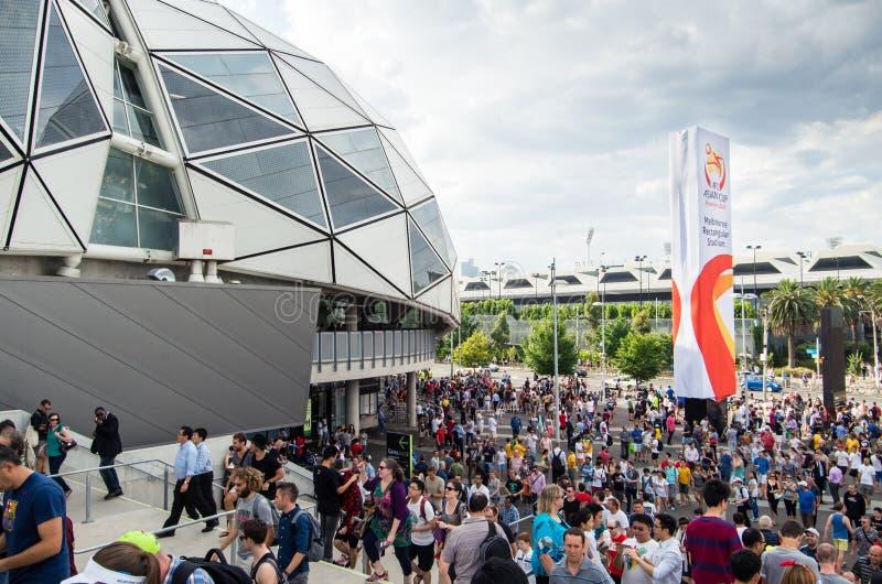 Fans de deportes fuera del estadio rectangular de Melbourne imagen de archivo