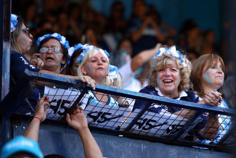 Fans de femme célébrant le championnat de emballage de club image stock