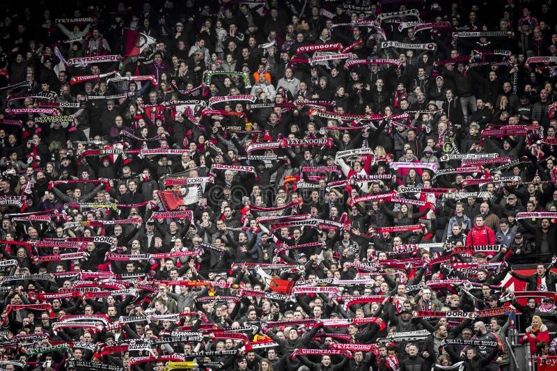 Fans de Feyenoord en los soportes fotos de archivo