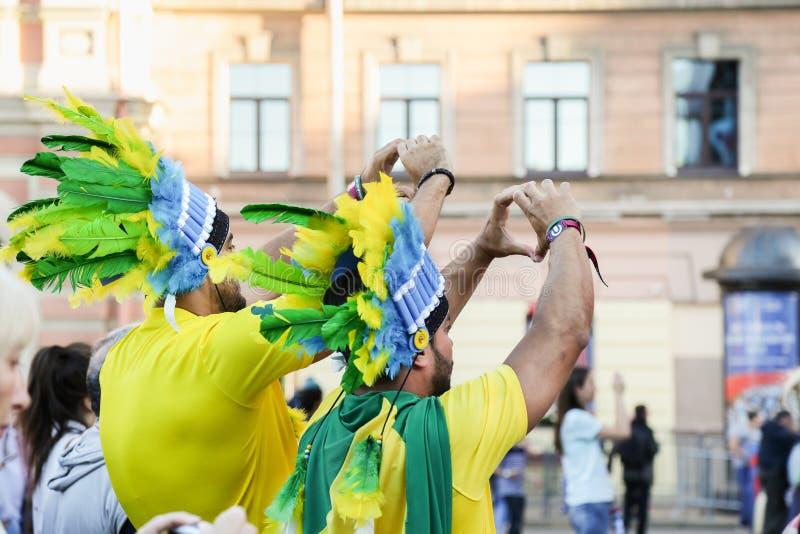 Fans de foot brésiliens à la coupe du monde de la FIFA photos libres de droits