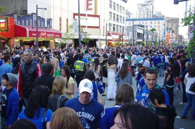Fans de hockey de los Vancouver Canucks en Granville Street fotografía de archivo