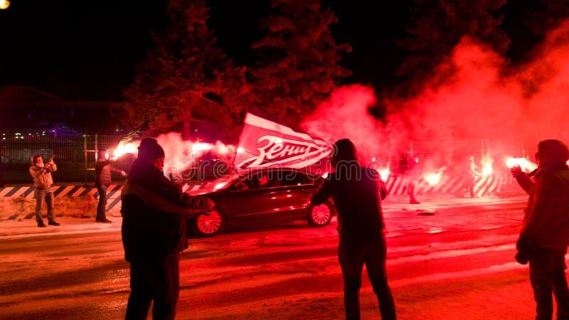 Fans de l'équipe de Zenit rencontrer leur équipe avant l'arrivée au stade Exposition avant le match image libre de droits