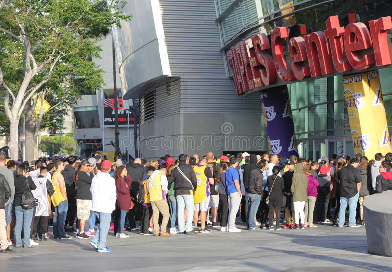 Fans de Los Angeles Lakers dans la ligne images libres de droits