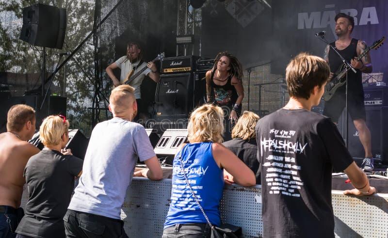 Fans de métaux lourds appréciant la représentation vivante du Ra letton de  de la bande métallique MÄ photographie stock libre de droits