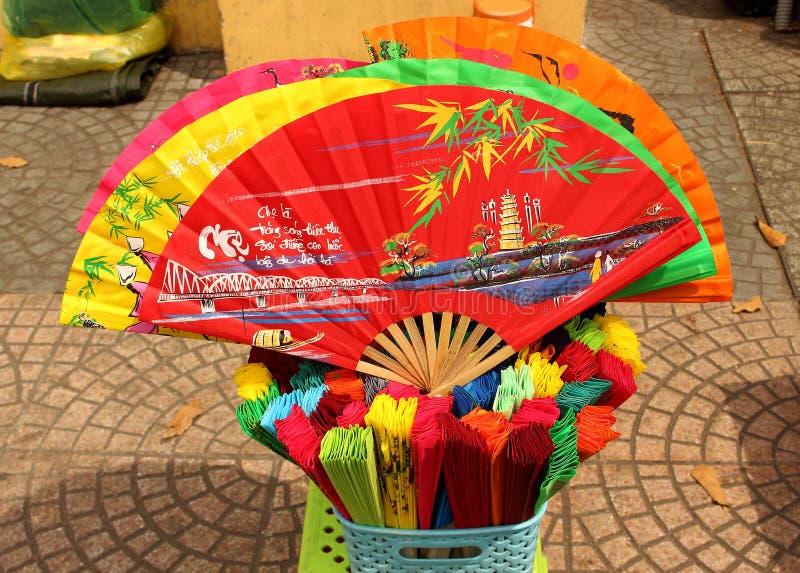 Fans de papel coloridas de la mano en Vietnam foto de archivo