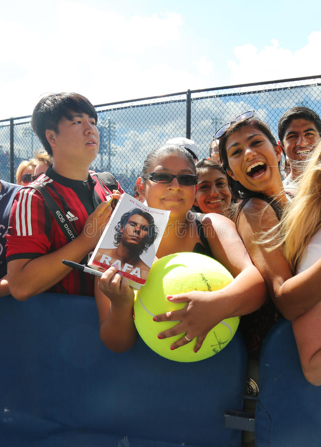Fans de tennis de Rafael Nadal attendant des autographes chez Billie Jean King National Tennis Center à New York images libres de droits