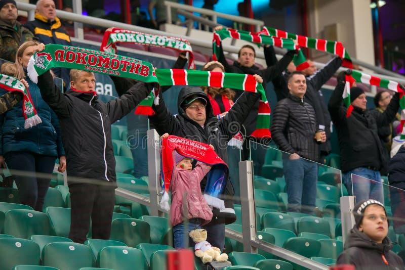 Fans del club Lokomotiv del f?tbol foto de archivo