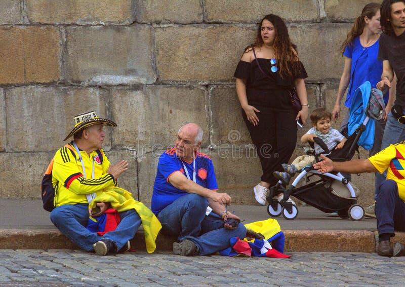 Fans del fútbol en la calle de Moscú Mundial 2018 gente que lleva la ropa colorida fotografía de archivo libre de regalías