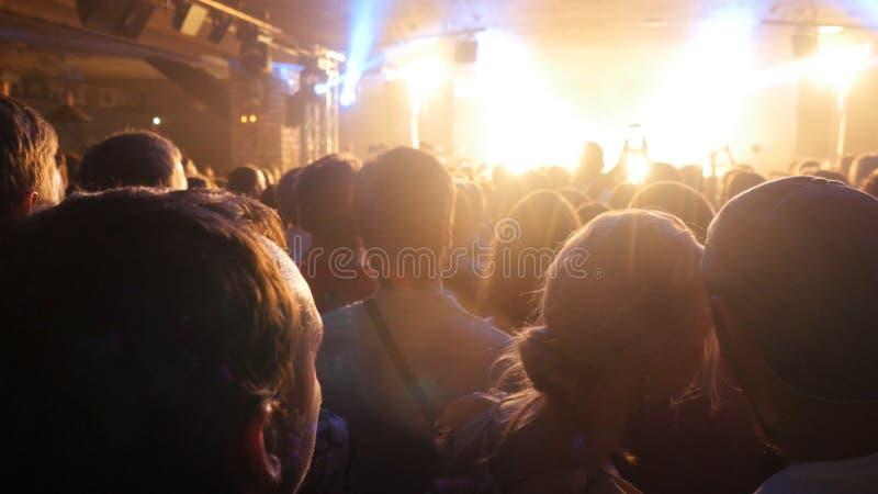 Fans an einem Rockkonzert Leute drängen partying am Konzert im Nachtclub lizenzfreie stockfotografie