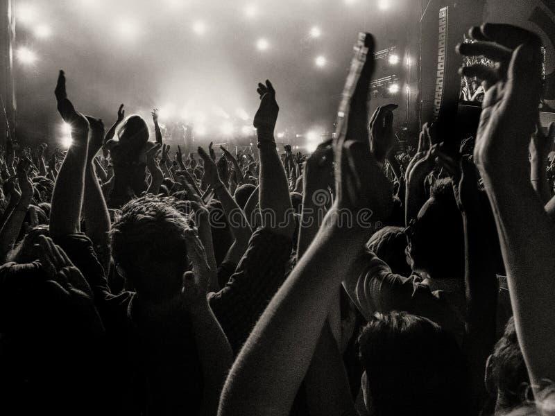 Fans encourageants à un concert images libres de droits