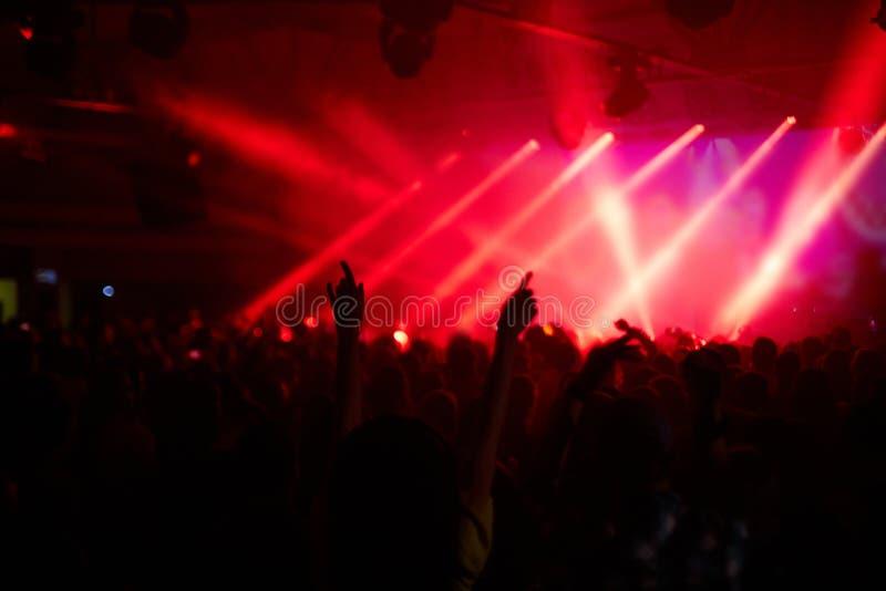 Fans encourageants au concert de rock photographie stock libre de droits