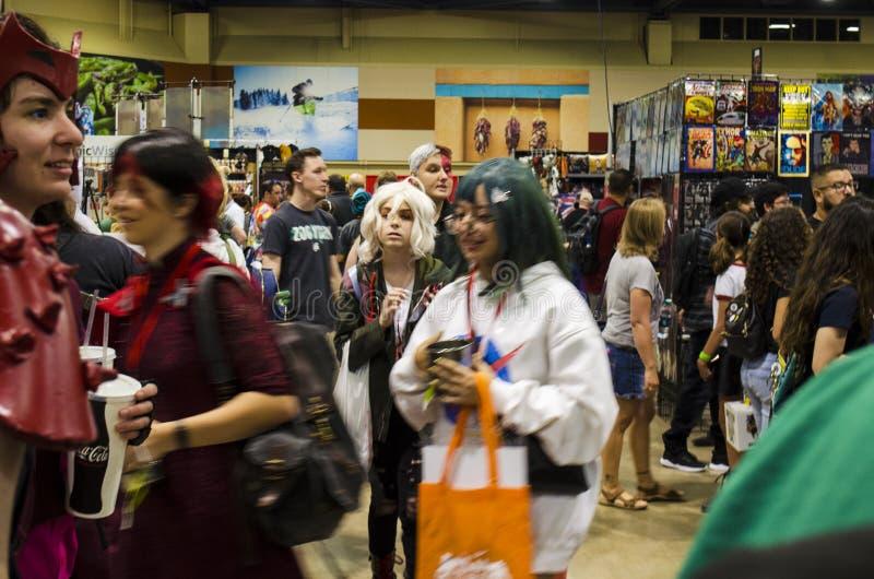 Fans, försäljare och besökare trängde på Aisles på Comic Expo arkivfoto