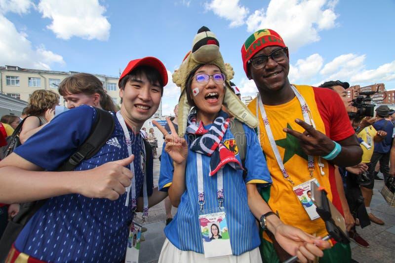 Fans haben einen Spaß auf einem Festivalfußballspiel Japan gegen Senegal lizenzfreies stockbild