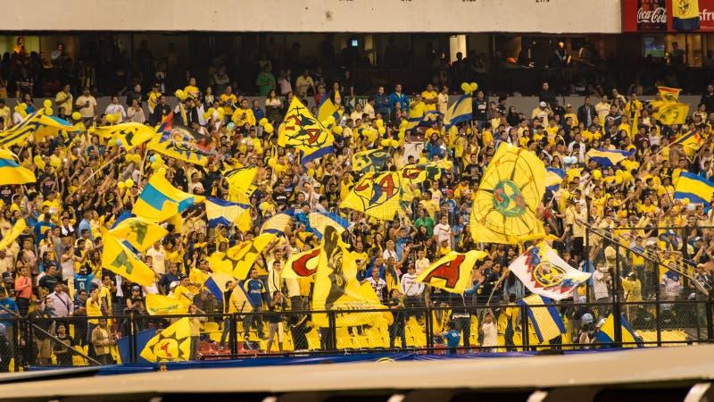 Fans hurrar Americasna på stadion för Estadio Azteca fotbollfotboll i Mexico - stad arkivfoto