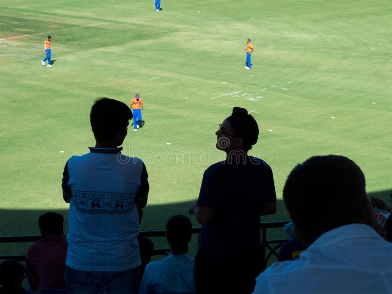 Fans jovenes del grillo, partido de observación en estadio foto de archivo libre de regalías