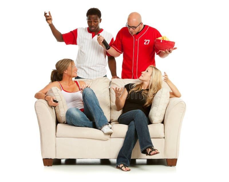 Fans: Männer, die mit Frauen über Fernsehen argumentieren lizenzfreies stockfoto