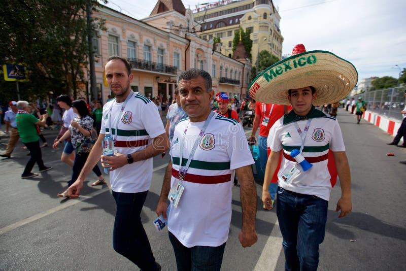 Fans mexicanas antes de la Corea del Sur del partido - México imagenes de archivo