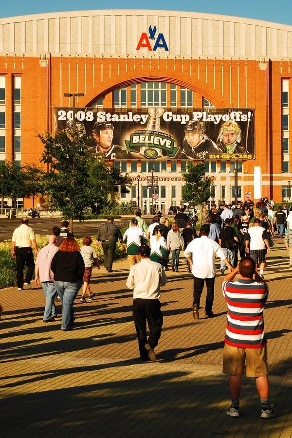Fans nehmen an Hockeyspiel bei Dallas American Airlines Arena teil lizenzfreies stockfoto