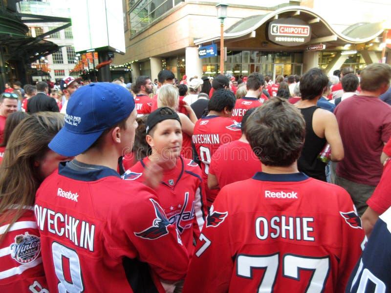 Fans observant le jeu en dehors de l'une arène capitale images stock