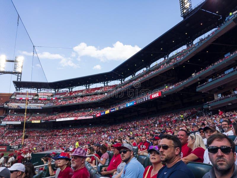 Fans på Busch Stadium som tycker om kardinalbasketmatchen Maj 25, 2019 arkivbild