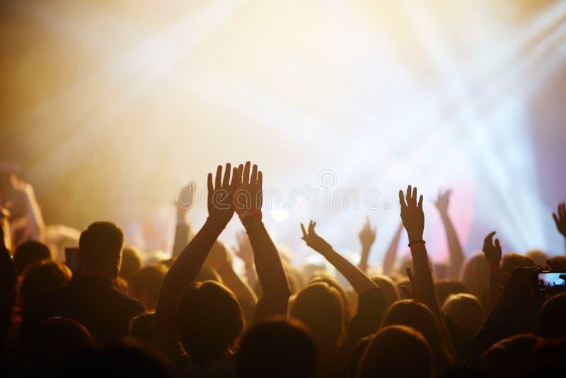 Fans på konserten arkivfoton